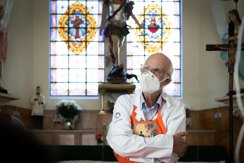 O padre Julio Lancellotti posa para foto na paróquia de São Miguel Arcanjo, em São Paulo.