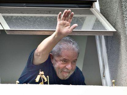 Lula acena após prestar depoimento à PF.