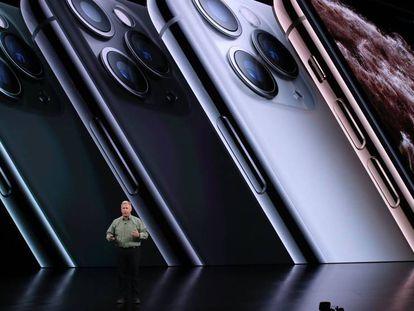 O vice-presidente de marketing mundial de produtos da Apple, Phil Schiller, apresenta o iPhone Pro.