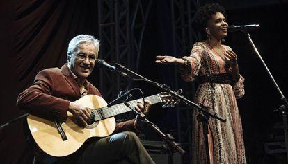 Caetano e Teresa durante a apresentação de um show.