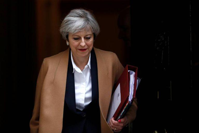 A primeira-ministra britânica, Theresa May, sai de sua residência no número 10 de Downing Street em Londres