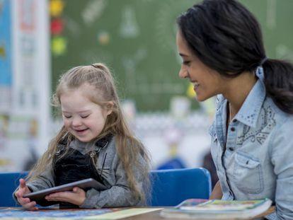 Uma menina com síndrome de Down com a professora.