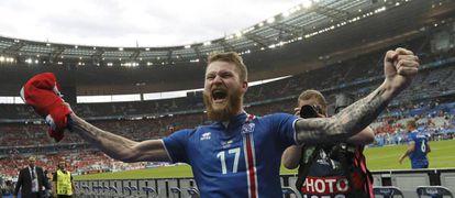 Aron Gunnarsson comemora uma vitória islandesa.