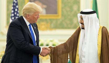O presidente dos Estados Unidos, Donald Trump, cumprimenta o rei da Arábia Saudita, Salman bin Abdulaziz al-Saud, em encontro de maio de 2017