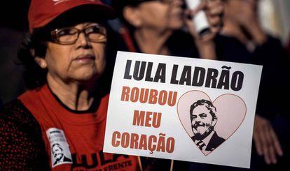 Uma mulher num protesto a favor de Lula o último dia 20.