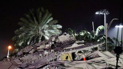 Os escombros do edifício depois da demolição na noite de domingo.