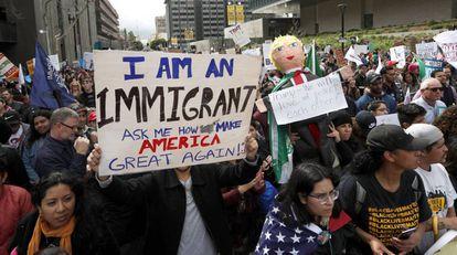 Protesto em Los Angeles contra Trump, no sábado.