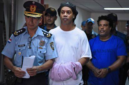 Ronaldinho e o irmão, Roberto de Assis, estão presos no Paraguai.