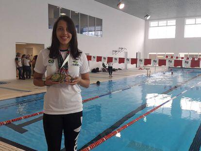 Stephanie posa com suas medalhas no Centro Paralímpico Brasileiro, em São Paulo.
