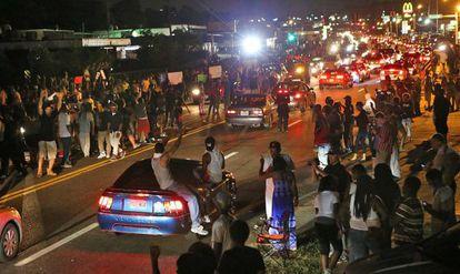 Milhares de pessoas se reuniram em Ferguson, na quinta.