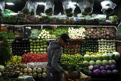 Vendedor em um mercado em Caracas.