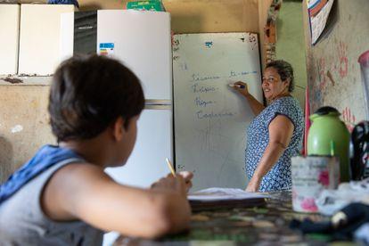 Danilo, que estuda com ajuda da mãe, Deneiuza.