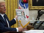 Washington (Usa), 28/05/2020.- US President Donald J. Trump shows The New York Post paper as he makes remarks before signing an executive order on social media that will punish Facebook, Google and Twitter for the way they police content online, in the Oval Office, White House, Washington, DC, USA, 28 May 2020. (Estados Unidos, Nueva York) EFE/EPA/DOUG MILLS/ POOL