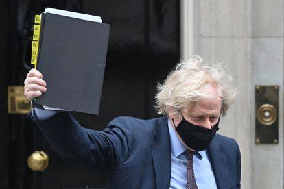 Boris Johnson mostra nesta terça-feira o documento de Estratégia Internacional de Política Externa e Segurança do Reino Unido, em Londres.