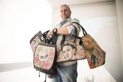 O presidente da fundação Prison Art, Jorge Cueto, com algumas das bolsas.