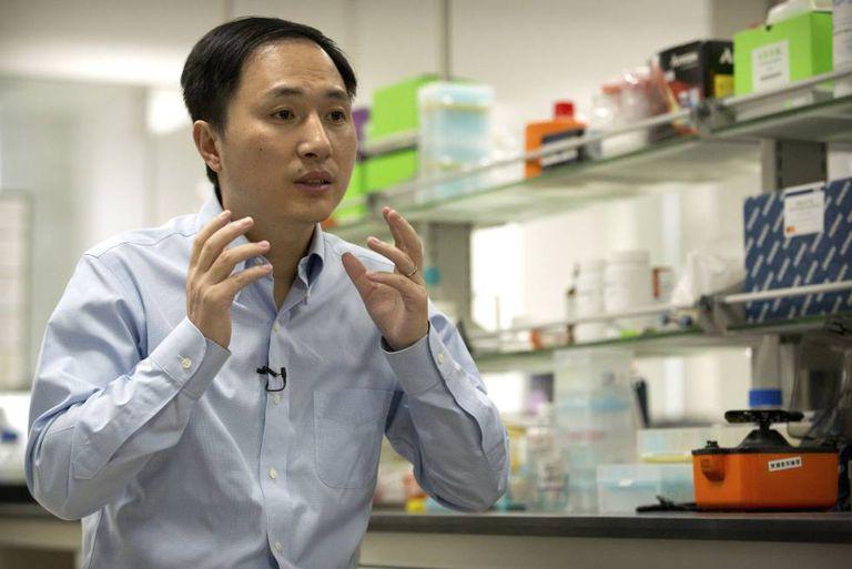 He Jiankui fotografado em seu laboratório em outubro.