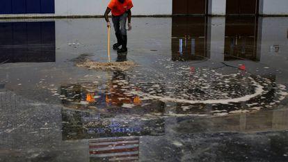 Trabalhador remove a água de um ginásio em Houston