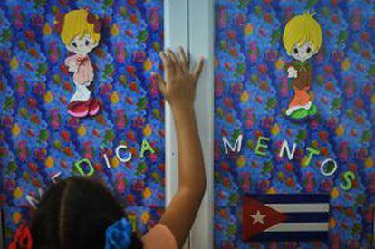 Decoração do consultório de um médico cubano.