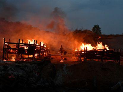 Piras funerárias para cremar a pessoas mortas de covid-19, neste domingo, em Bangalore.