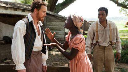 Os atores Michael Fassbender, Lupita Nyong'o e Chiwetel Ejiofor em uma cena do filme '12 Anos de Escravidão'.