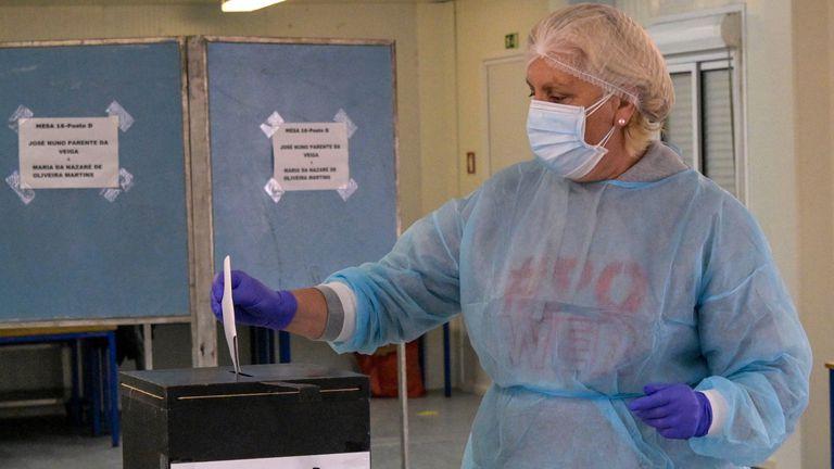 Uma trabalhadora de saúde vota nas eleições em Portugal, este domingo.