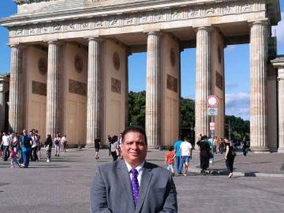 O jornalista panamenho Hitler Cigarruista em uma visita recente a Berlim (Alemanha).