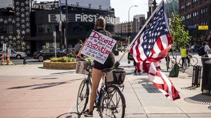 Manifestante da marcha Roll4Justice no dia 4 de julho em Minneapolis, Minnesota, um protesto que criticou a comemoração da data.