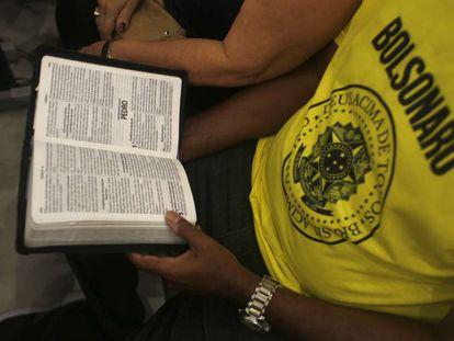 Apoiador de Bolsonaro lê a Bíblia em um culto evangélico.
