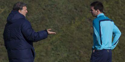 Martino e Messi durante um treino em janeiro.