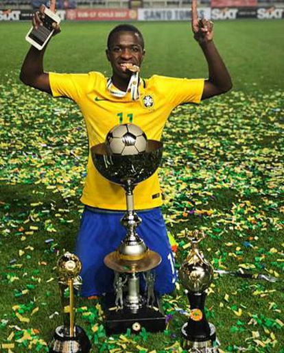 Vinicius Jr. exibe seus troféus no Sul-americano sub-20.