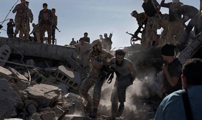 Exército da Líbia prende um membro do Estado Islâmico, em dezembro de 2016: imagem foi uma das vencedoras do World Press Photo.