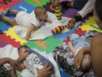 Bebês com microcefalia durante tratamento.
