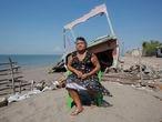 Alejandrina Calderon Alvarez habitante de la comundad de Cede–o perdio cinco propiedades por el aumento del nivel del mar.Las comunidades de Cede–o, Punta Rat—n, El EdŽn y los Delgaditos pertenecientes al municipio de Marcovia en el departamento de Choluteca al sur de Honduras son las m‡s afectadas con el aumento del nivel del agua y las marejadas. El aumento del nivel del mar ha destruido carreteras, hogares y negocios de aproximadamente 300 familias desde hace diez a–os. La Playa de Cede–o es el ‡rea con mayor afectaci—n del fen—meno mar'timo en las playas del Golfo de Fonseca un destino turistico de Honduras. El cambio clim‡tico es considerado como uno de los factores que impulsan a migrara a la poblaci—n hondure–a que habita las zonas costeras donde el nivel del mar sigue aumentando. Cada a–o, millones de hombres, mujeres y ni–os de todo el mundo abandonan sus hogares en previsi—n o como consecuencia de situaciones de estrŽs ambiental. Perturbaciones como los ciclones, las inundaciones que sus destruyen viviendas y bienes, contribuyen al desplazamiento de las personas. Los Òrefugiados por motivos ambientalesÓ del cambio clim‡tico causa desplazamiento interno hacia las zonas urbanas de Honduras y es uno de los principales motivos de expulsi—n de la poblaci—n hacia paises m‡s desarrollados.Cede–o, Honduras. 27 enero 2020.