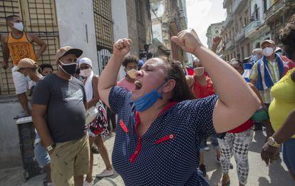 Uma mulher grita a favor do Governo cubano em frente de manifestantes na Havana, este domingo.