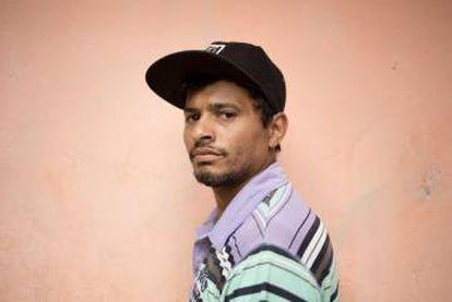 Fabiano Manuel de Souza, de 26 anos, começou a trabalhar de ambulante para sair da fila do desemprego.