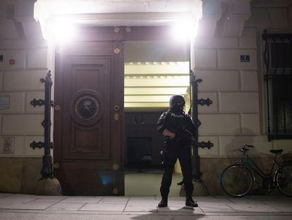 Controles policiais diante da sede do Ministério do Interior austríaco, esta terça-feira.