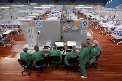 Enfermeiras em um hospital montado em um ginásio em Santo André, no Estado de São Paulo, na véspera do ano-novo.