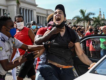 Um homem é detido durante os protestos em Havana, neste domingo, 11 de julho.