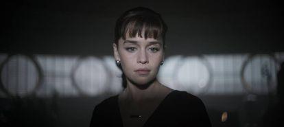 Emilia Clarke, como Qi'ra, em uma cena do filme