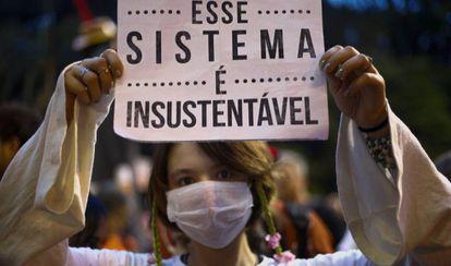 Garota segura cartaz durante protesto em São Paulo, na última sexta, contra as mudanças climáticas.