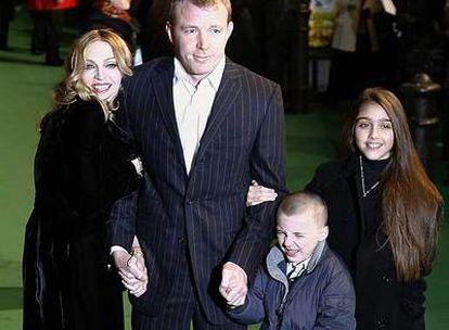 Madonna e Guy Ritchie, com Lourdes María e Rocco, em 2004.