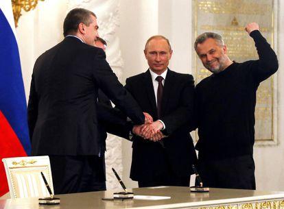 Putin rodeado de autoridades da Crimeia durante a assinatura do documento de adesão da península à Rússia, em 18 de março de 2014, no Kremlin, em Moscou.