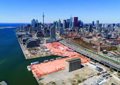 Aspecto atual da área portuária, ao sudeste do centro de Toronto, uma área industrial que ficou degradada com o abandono da atividade. Em vermelho, a zona de Quayside, a primeira que passará por mudanças do Google. |
