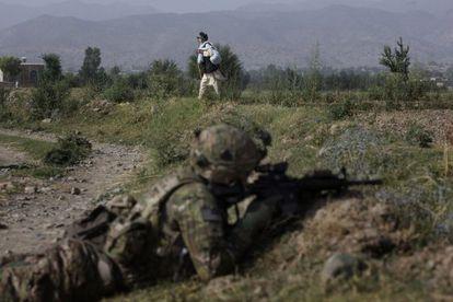 Um idoso passa junto a um soldado de EUA dispersado em Afganistán.