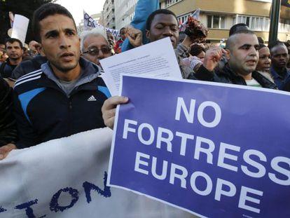 Refugiados se manifestam durante a reunião dos ministros de Justiça e Interior da União Europeia em Bruxelas.