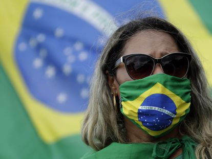 Apoiadora do presidente Jair Bolsonaro em ato nesta quarta para celebrar aniversário do golpe de 1964, em Brasília.