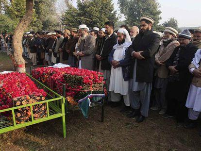 Enterro de duas das crianças assassinadas no massacre.