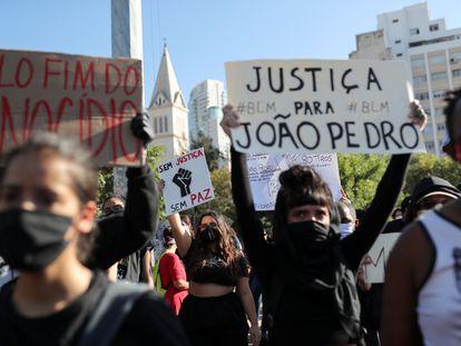 Manifestantes protestam contra o racismo e o Governo Bolsonaro em São Paulo.