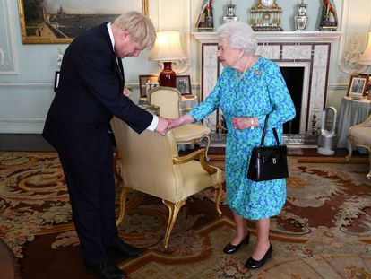 A rainha Elizabeth II recebe Boris Johnson no Palácio de Buckingham