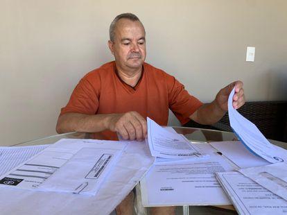 Aparecido Rodrigues de Souza mostra os inúmeros exames realizados antes dos reiterados cancelamentos em sua cirurgia na coluna.